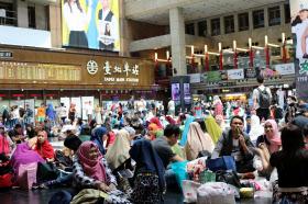 台湾の台北駅はインドネシアの労働者でごった返す
