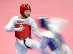 男子58キロ級準決勝 韓国選手(右)と対戦する鈴木セルヒオ(20日、ジャカルタ)=共同