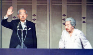 一般参賀の人たちに手を振る昭和天皇、香淳皇后(1987年4月、皇居・長和殿)=共同