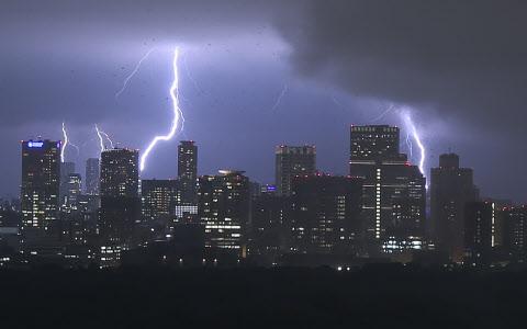 都心で雷や大雨 停電で京王線な...
