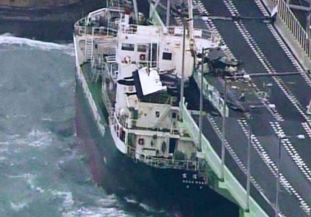 台風21号の強風で関空連絡橋に衝突したタンカー(4日午後)=近畿地方整備局提供
