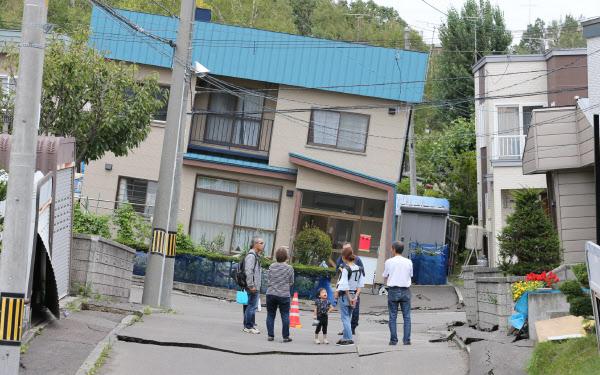 傾く家、続く断水… 液状化の札幌...