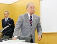 記者会見を終え、退室する日本重量挙げ協会の三宅義行会長(15日午後、東京都北区)