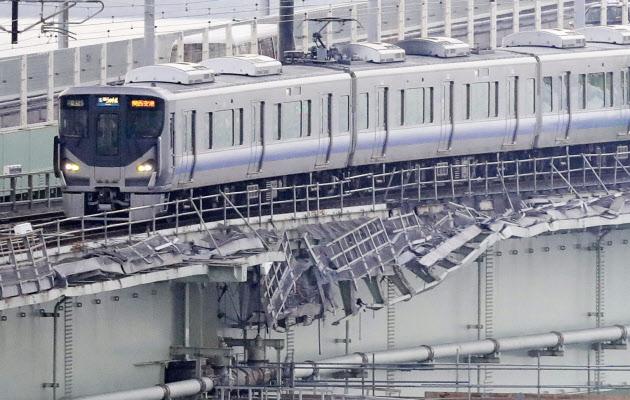 関空の鉄道復旧 1日6万人強のアクセス可能に (写真=共同 ...