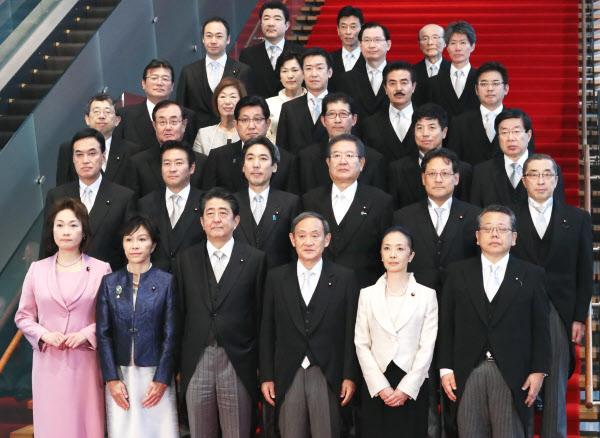 副大臣、政務官は派閥均衡 女性...