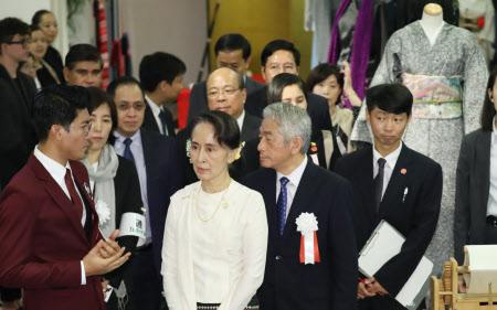 ミャンマー絹についての展示を見るミャンマーのアウン・サン・スー・チー国家顧問(8日午後、東京都港区)