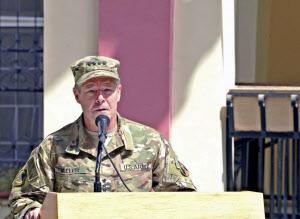アフガン駐留米軍トップ、タリバ...