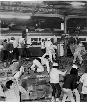 新宿駅ホームの上で警官隊と激突する学生(1968年10月21日)