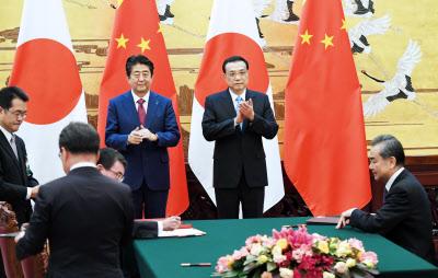 署名式に臨む安倍首相と中国の李克強首相(26日午前、北京の人民大会堂)=浦田晃之介撮影