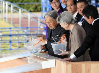 第38回全国豊かな海づくり大会で稚魚を放流する天皇、皇后両陛下(28日午後、高知県土佐市)