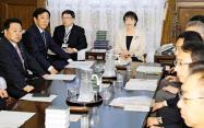 衆院議運委の理事会に臨む高市委員長(奥右端、29日午前)=共同