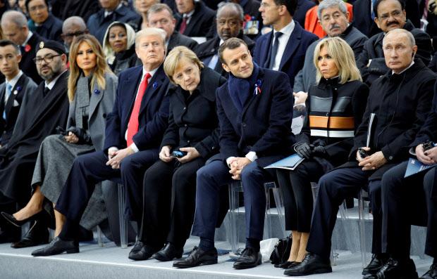 式典に出席するマクロン仏大統領、メルケル独首相、トランプ米大統領、ロシアのプーチン大統領ら(11月11日、パリ)=ロイター