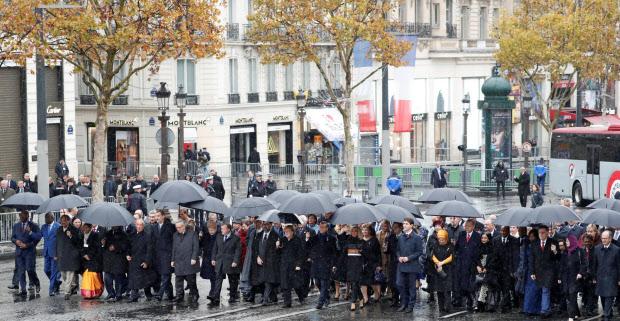 各国首脳が並んで式典会場まで歩いた=ロイター