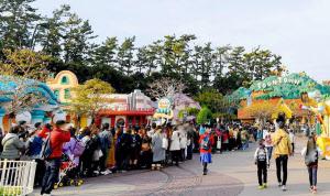 東京ディズニーランドの「ミッキーの家とミート・ミッキー」(右奥)