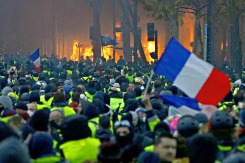 「反政府デモ フランス」の画像検索結果