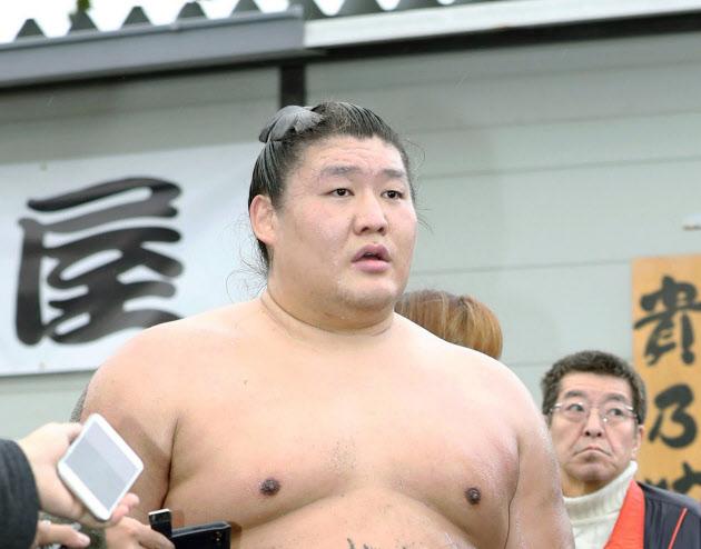 貴ノ岩が引退へ 付け人の弟弟子に暴行 (写真=共同) :日本経済新聞
