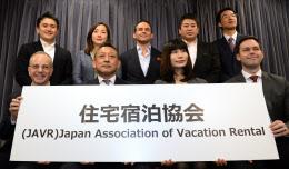 業界団体の設立を発表する民泊仲介業者の社長ら(11日午後、東京・霞が関)