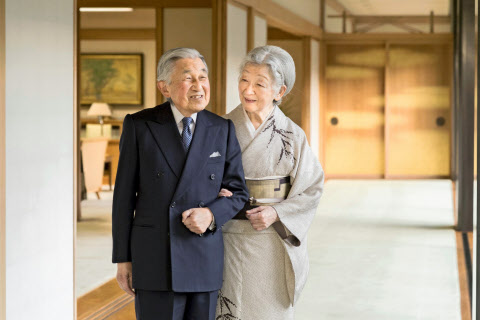 皇居・宮殿内を歩く天皇、皇后両陛下(10日、宮殿・表御座所)=宮内庁提供