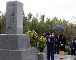 父・晋太郎元外相の墓前で手を合わせる安倍首相(6日、山口県長門市)