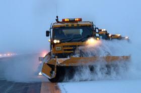 雪質や風向きに配慮しながら作業する除雪隊(17年12月)=旭川空港事務所提供