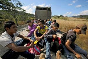 米国を目指す新たな中米移民集団が出発した(15日、ホンジュラス)=ロイター