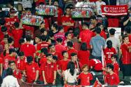 香港とレバノンによるサッカーの国際試合で中国国歌が流れるなか、不満の態度を示す若者ら(2017年11月、香港)=ロイター