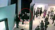 モスクワの美術館で男が風景画を盗んだ瞬間をとらえた防犯カメラの映像(ロシア内務省提供)=タス共同