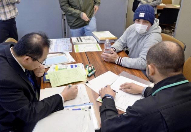 元日系作業員に支援策説明 シャープ亀山工場雇い止め(写真=共同) のTwitterの反応まとめ