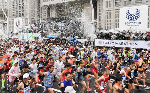 都庁前をスタートする東京マラソンのランナー(3日、東京・西新宿)