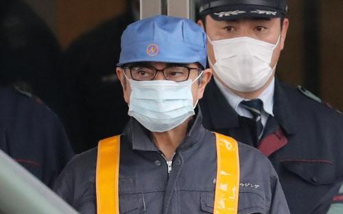 保釈され、東京拘置所を出る日産自動車元会長のゴーン被告(6日午後、東京都葛飾区)
