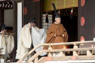 「賢所に退位及びその期日奉告の儀」に臨む天皇陛下(12日午前、皇居・宮中三殿の「賢所」)=宮内庁提供