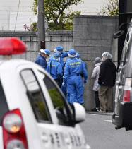 発砲のあった現場付近を調べる神奈川県警の捜査員ら(12日午後、横浜市)=共同