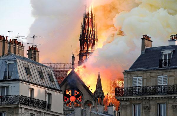 激しく燃えるノートルダム寺院の尖塔。この後崩れ落ちた(15日、