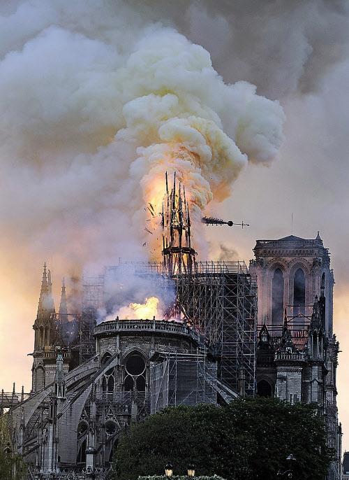 崩れ落ちるノートルダム寺院の尖塔\u003dAP