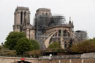 ノートルダム寺院の尖塔は炎上によって崩れ落ちた(16日、パリ)