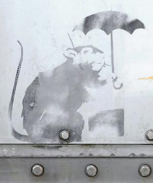 東京都港区の防潮扉に描かれた、バンクシーの作品に似たネズミの絵(東京都提供)=共同