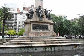 「IMFは出て行け」などと落書きされた銅像(4月25日、コルドバ)