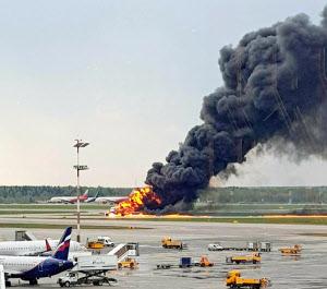 モスクワのシェレメチェボ空港に緊急着陸、炎上した旅客機(5日)=AP