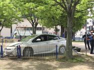 フェンスを突き破り公園の砂場に突っ込んだ乗用車(15日、千葉県市原市)=共同