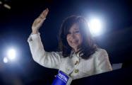 9日、著書を発表するアルゼンチンのフェルナンデス前大統領(ブエノスアイレス)=ロイター
