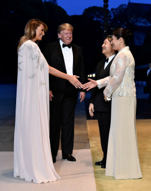 トランプ米大統領夫妻を出迎える天皇、皇后両陛下(27日、皇居・宮殿)=ロイター