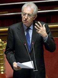 ローマのイタリア上院で演説するモンティ首相(17日)=AP