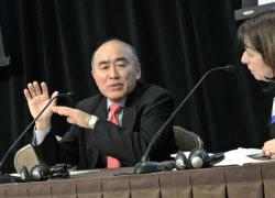 壇上で質問に答える古沢満宏財務官(米ニューヨークで6日開かれた日本証券サミットで)