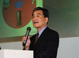 ソニーのLFX事業室長のころの筆者。インターネット経由でテレビ放送を転送する独自技術「ロケーションフリー」開発に取り組んだ(2006年5月)